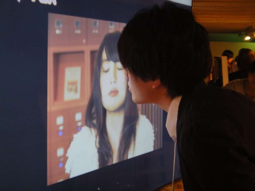 Φιλί σε ένα 'διαδραστικό' poster…