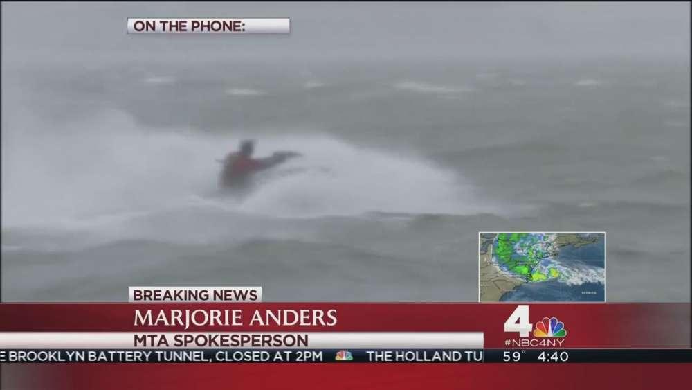 Jet ski στους χτυπημένους από τη Sandy δρόμους της New York…
