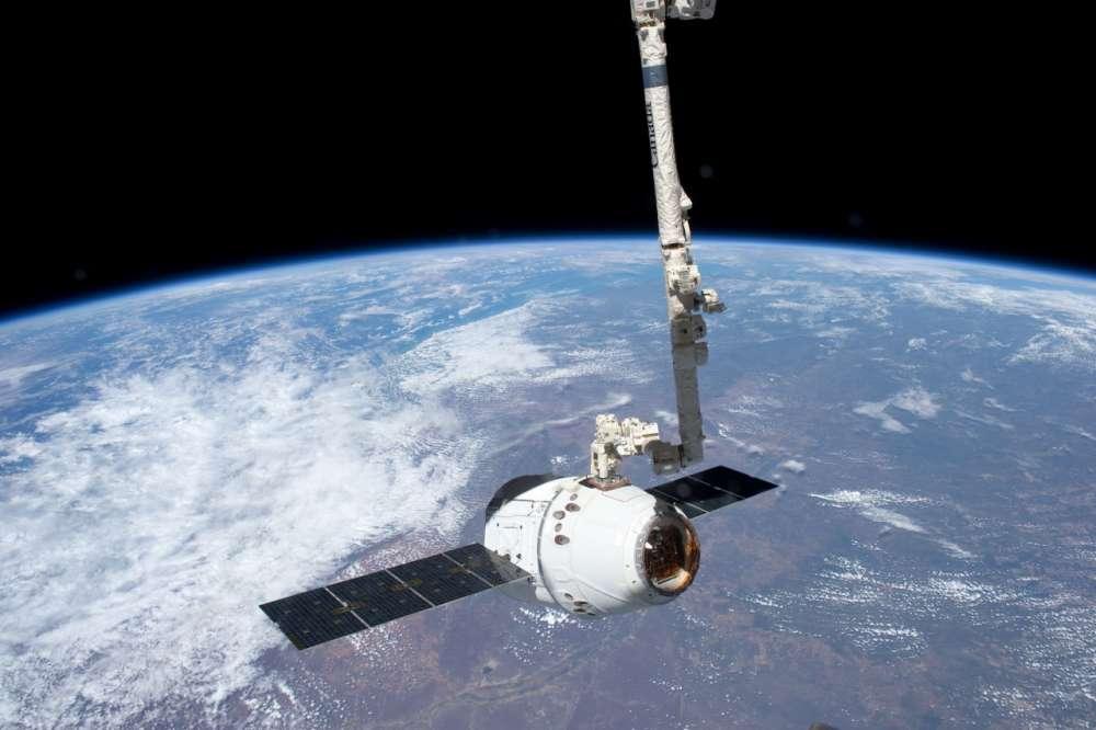 http://www.gadgetfreak.gr/wp-content/uploads/2013/02/ISS-31_SpaceX_Dragon.jpg
