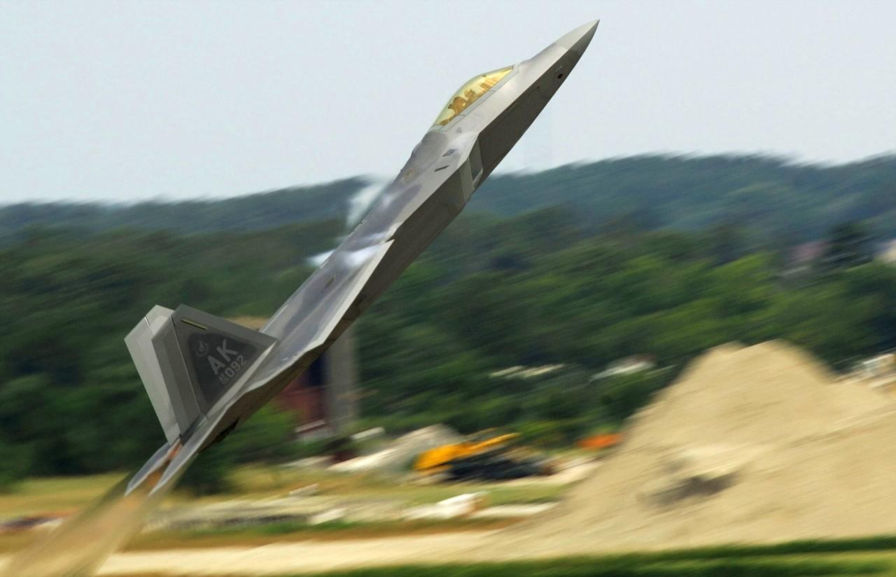 F-22 Demonstration Team – ακροβατικά stealth στην Arctic Thunder 2014…