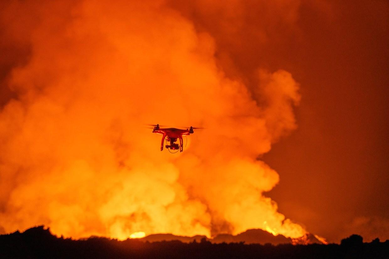 Αυτό το drone έπιασε απίστευτα πλάνα από ένα φλεγόμενο ηφαίστειο…