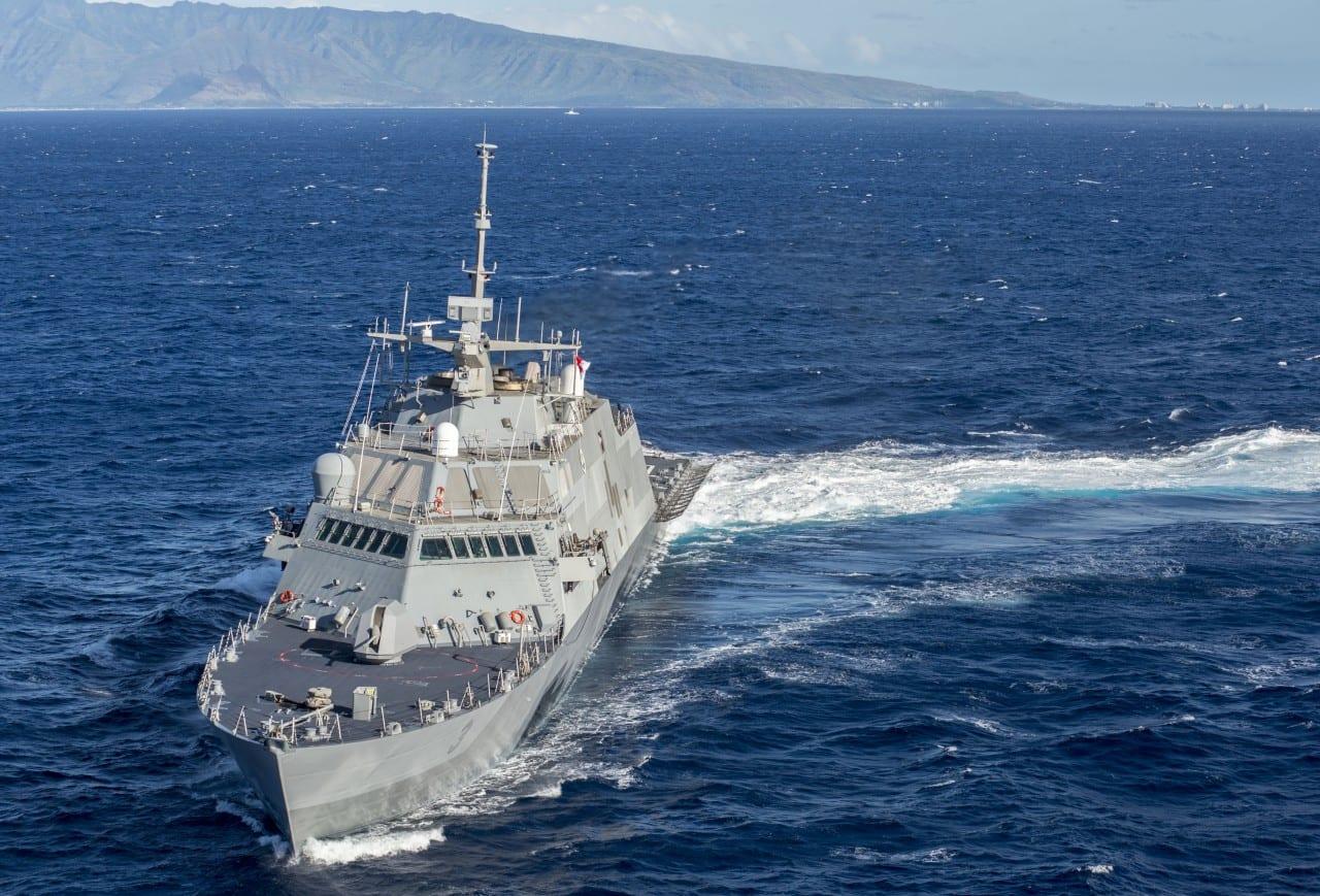 Ένα MH-60R Seahawk αφήνει το 'διαστημικό' Littoral Combat Ship USS Fort Worth…