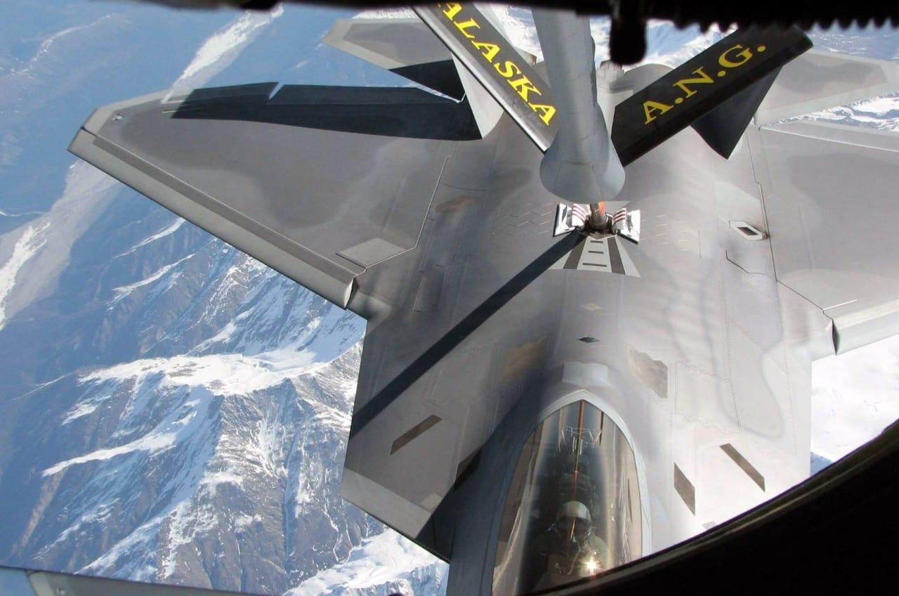 F-22 Raptors σε απίστευτα πλάνα…