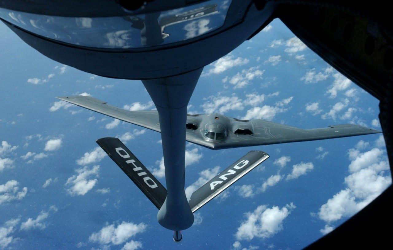 B-2 Spirit + KC-135 Stratotanker – σχεδόν εξώκοσμη εικόνα…