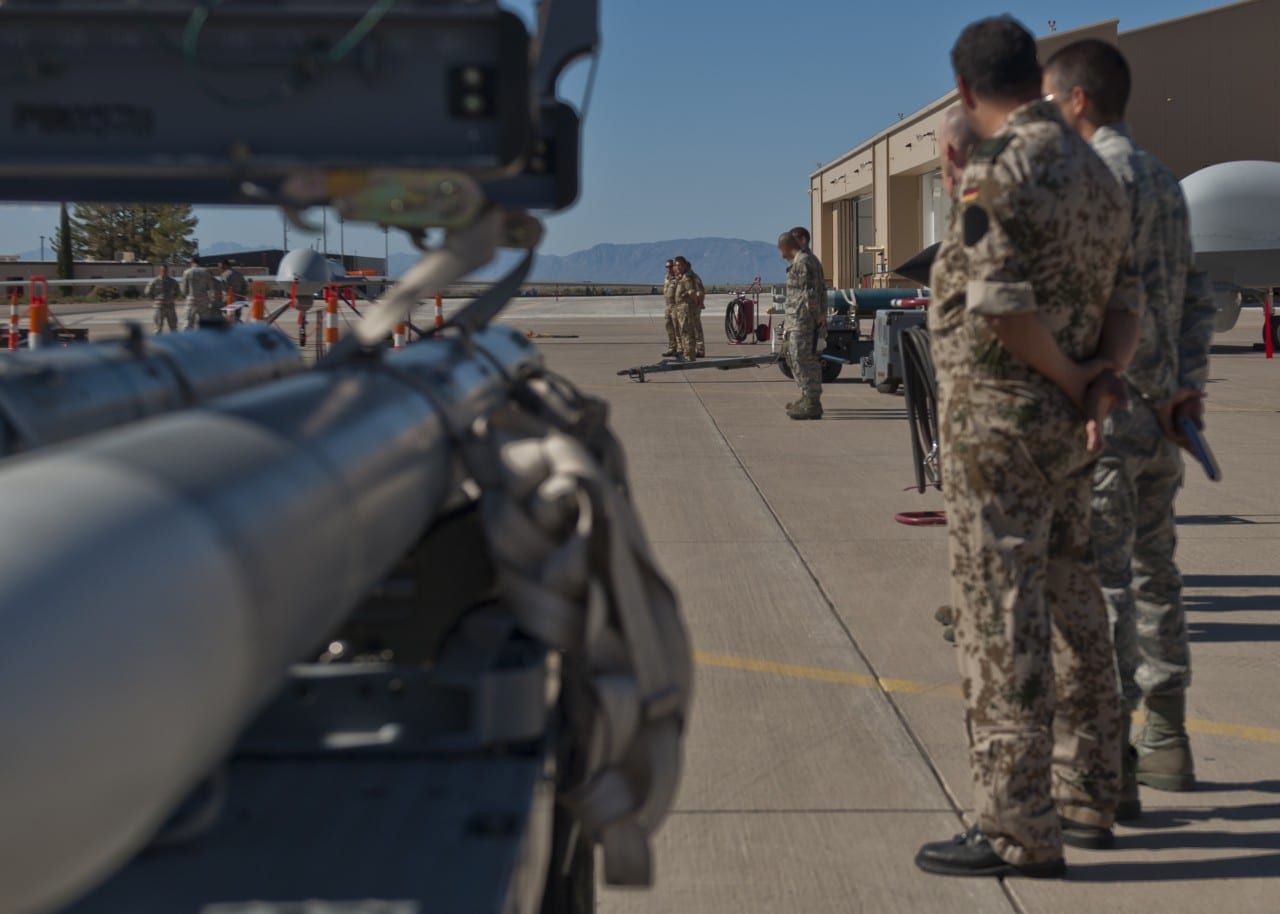 F-22 Weapon Loading – εφοδιάζοντας το μαχητικό από το Μέλλον…