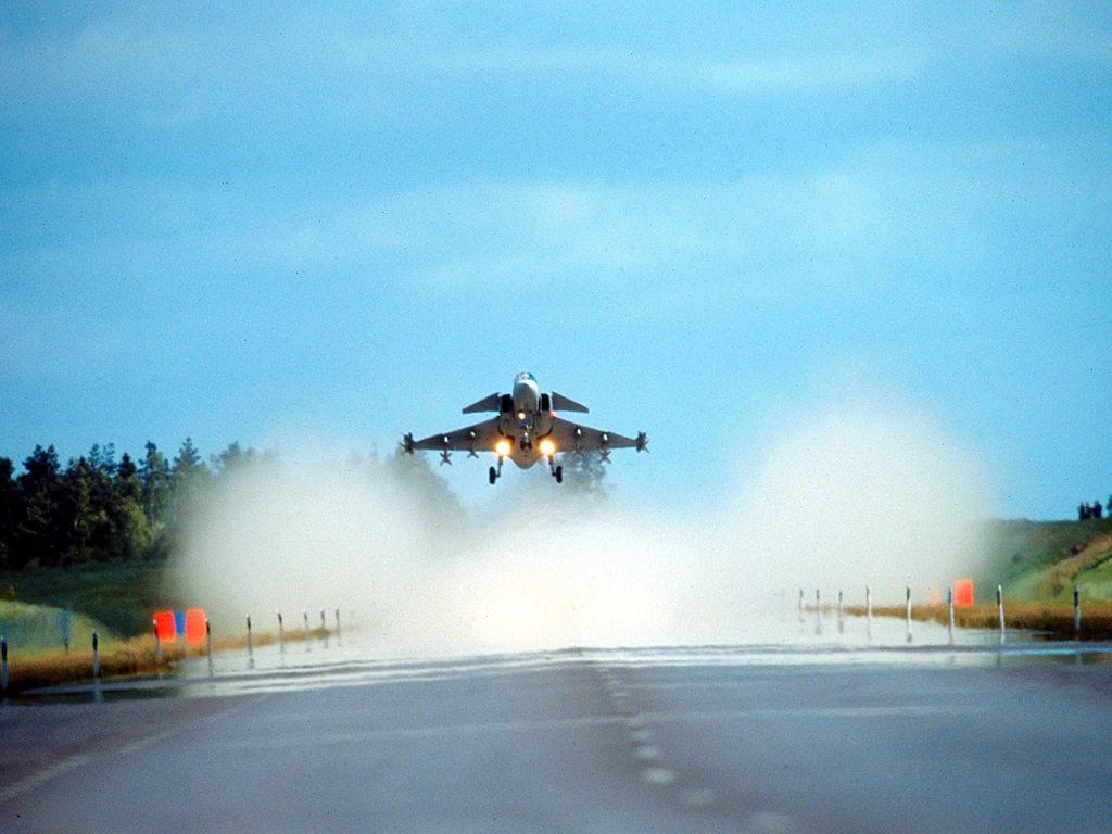 Saab JAS-39 σε προσγείωση στο… δρόμο!